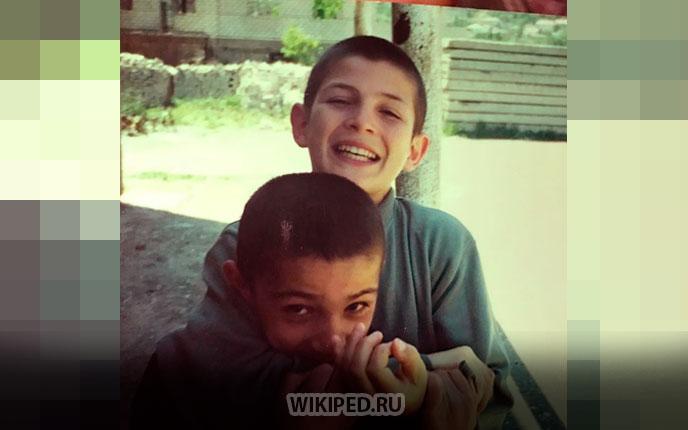 С младшим братишкой Абубакаром