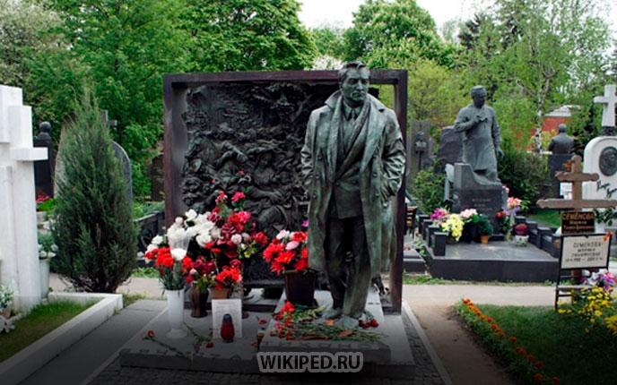 Памятник актеру на Новодевичьем